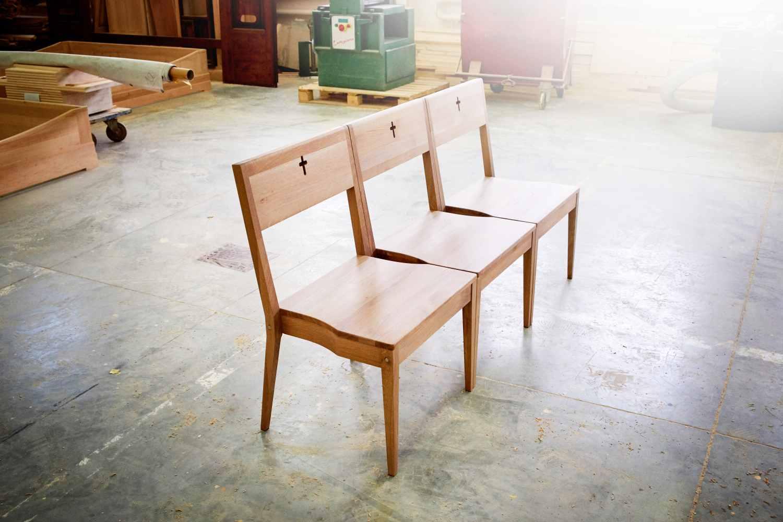 ZOE Kirchenstühle verbunden mit einer Kirchenbank bei einem Hersteller in der Slowakei.
