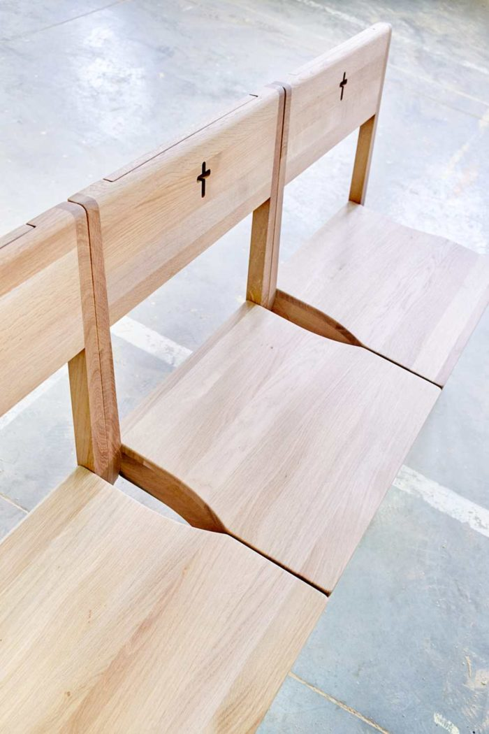 Drei Kirchenbänke aus Massivholz in einer Fabrik eines slowakischen Herstellers.