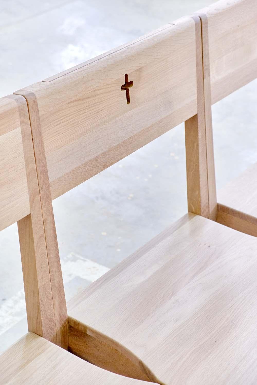 Kirchenbänke, die durch Verbinden von Kirchenstühlen mit einer Kirchenbank geschaffen wurden.