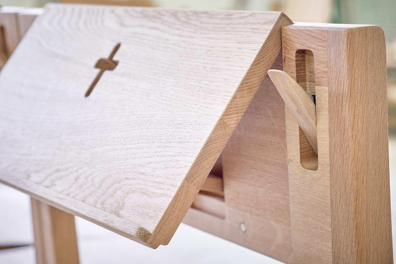 Kippbarer Bibelhalter und Falten Kniebank auf der Kirchenbank ZOE.