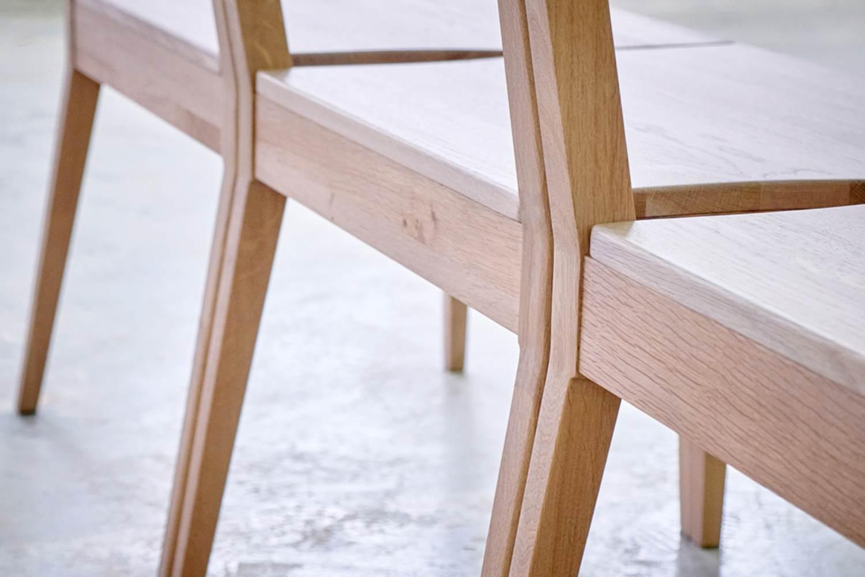 Kirchenbänke, die durch Kirchenstühle mit der Kirchenbank verbunden sind.
