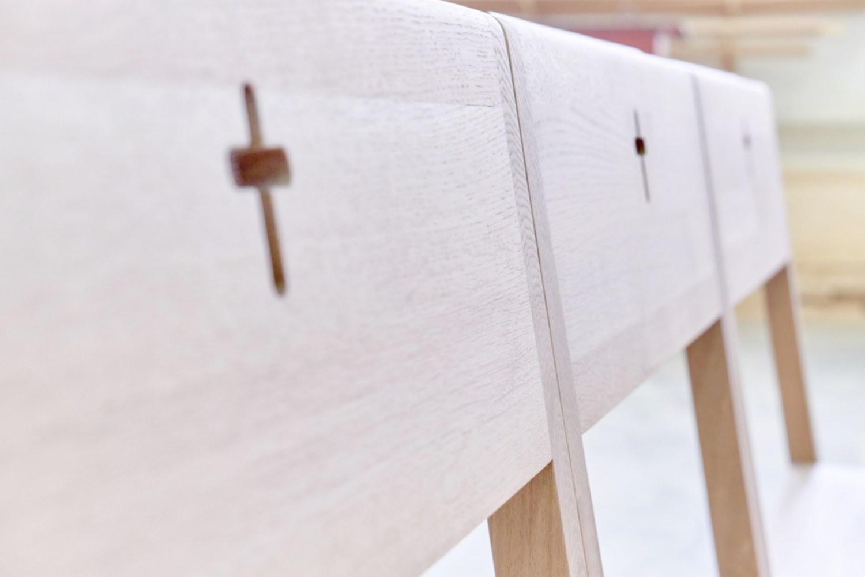ZOE-Kirchenstühle, die durch einen Magneten mit einer einzelnen Kirchenbank verbunden sind, zum exklusiven Verkauf.