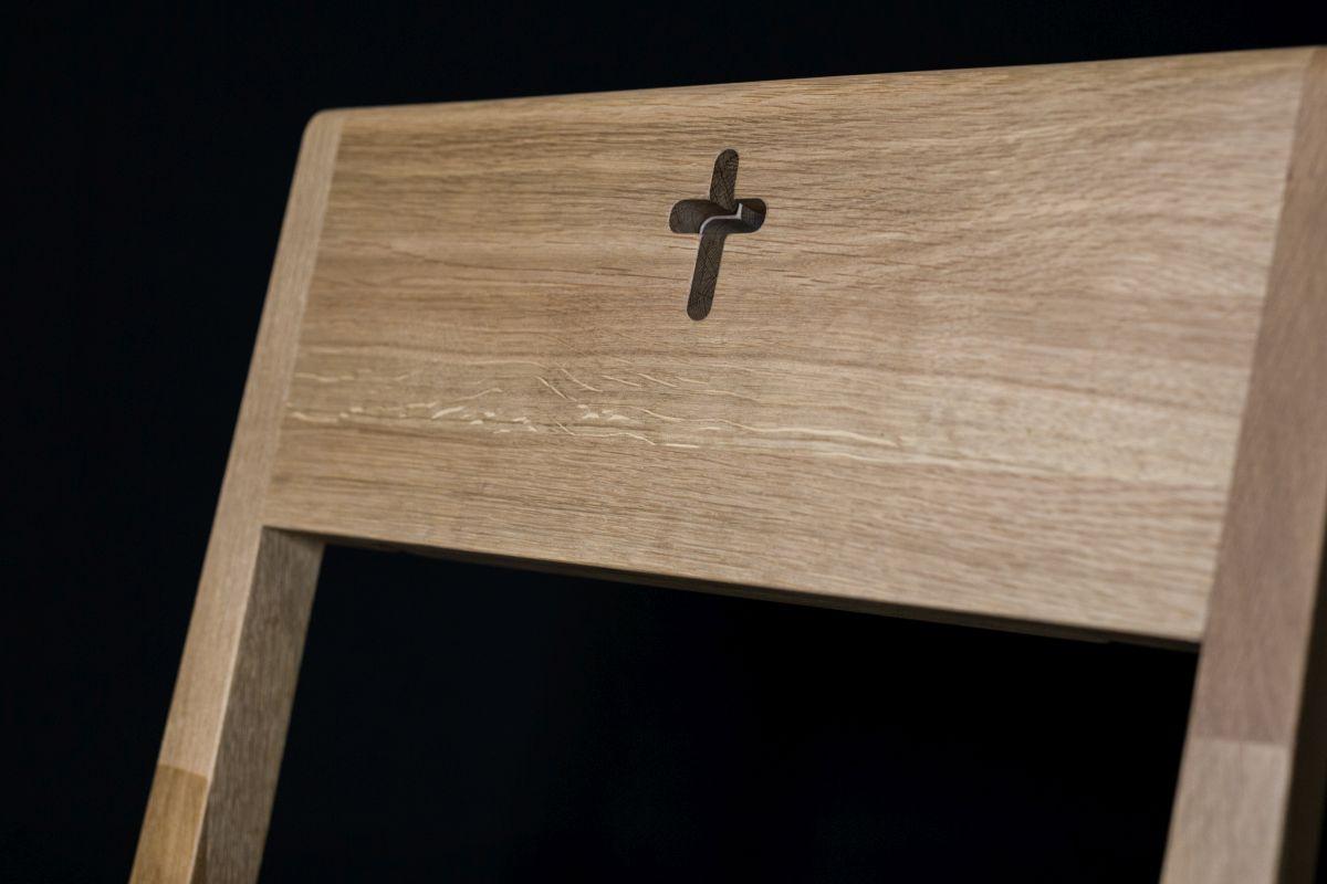 Kirchenbank aus Eichenholz mit gefrästem Kreuz zu verkaufen.